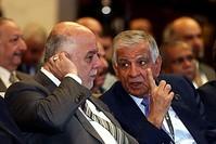 رئيس الوزراء العراقي يستمع إلى وزير النفط عبد الجبار اللعيبي (AP)