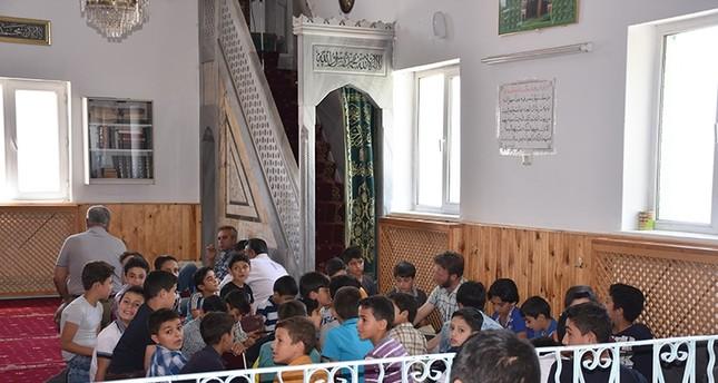 أطفال سوريون بتركيا يهدون ختمة القرآن لأرواح شهداء المحاولة الانقلابية الفاشلة