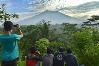 Aus Angst vor einem Vulkanausbruch sind auf der indonesischen Ferieninsel Bali zehntausende Menschen aus ihren Häusern geflohen. Seit Freitag habe sich die Zahl der Geflohenen verdreifacht und...