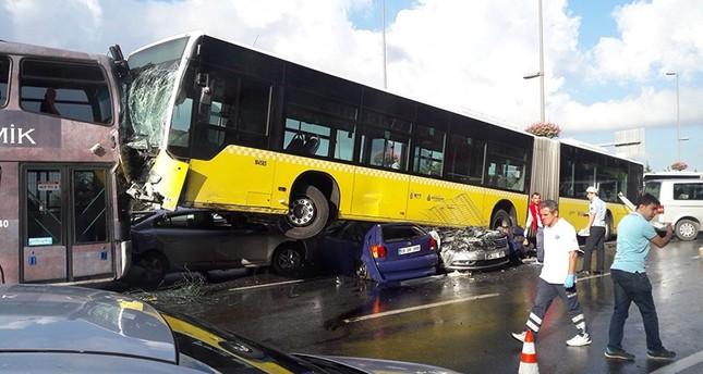 عدة جرحى في حادث مروع بعد خروج متروبوس عن مسربه في اسطنبول
