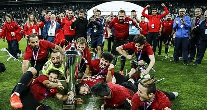 pDie türkische Fußballnationalmannschaft der Amputierten ist nach dem Finalsieg gegen England Europameister geworden./p  pBeim Finale am Montag im Vodafone Park schlugen die Türken vor einer...
