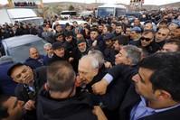 لحظة الاعتداء على زعيم المعارضة قليتشدار أوغلو أثناء مشاركته في جنازة أحد الشهداء بأنقرة (DHA)