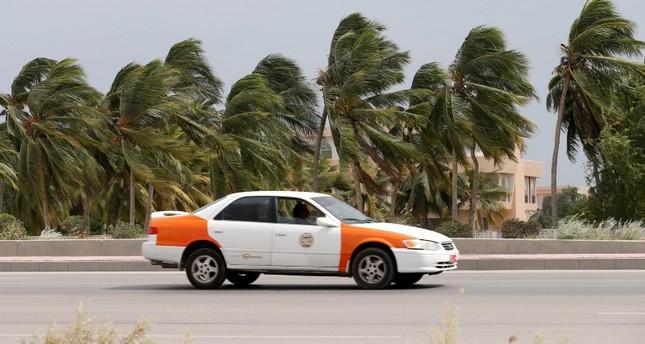 الرياح القوية المصاحبة للإعصار لبان في عمان (رويترز)
