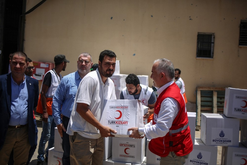 Turkish Red Crescent President Kerem Ku0131nu0131k personally delivered food packages to Palestinian families in the Gaza Strip during Ramadan.