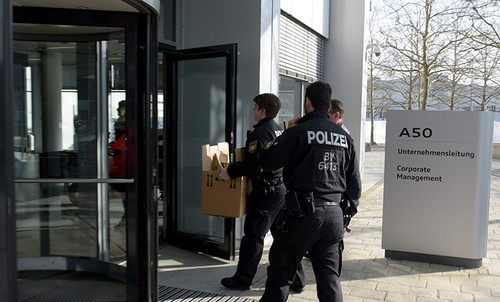 Policemen carry boxes as they search the headquarters of the German car manufacturer Audi in Ingolstadt, southern Germany on Feb.6, 2018 (AFP Photo)