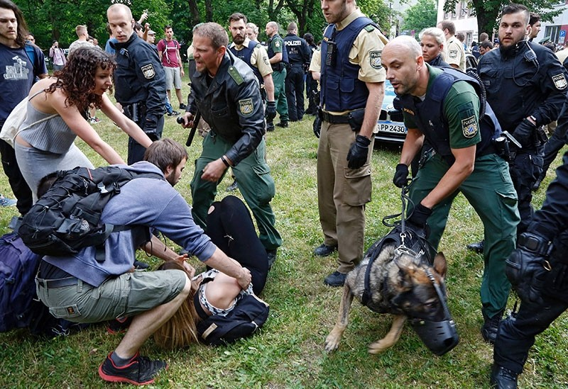 Police use dogs to clear a sit-in protest of vocational school students against the deportation of a 20-year-old Afghan fellow student in Nuremberg, southern Germany on May 31, 2017. (AFP Photo)