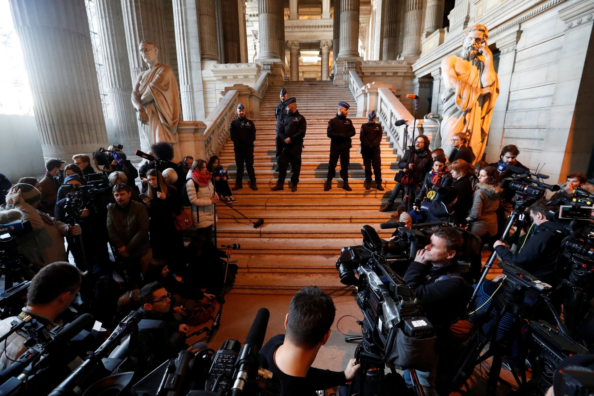 Members of the media await the arrival of sacked Catalan President Carles Puigdemont at a Belgian court, in Brussels, Belgium, November 17, 2017. (REUTERS Photo)