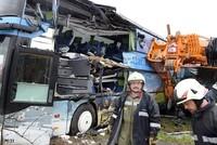 Bei einem Busunfall in Österreich sind 15 Insassen verletzt worden, drei davon schwer. Ein Doppeldeckerbus krachte Freitagmorgen im burgenländischen Großpetersdorf gegen einen Kran, wie die Polizei...