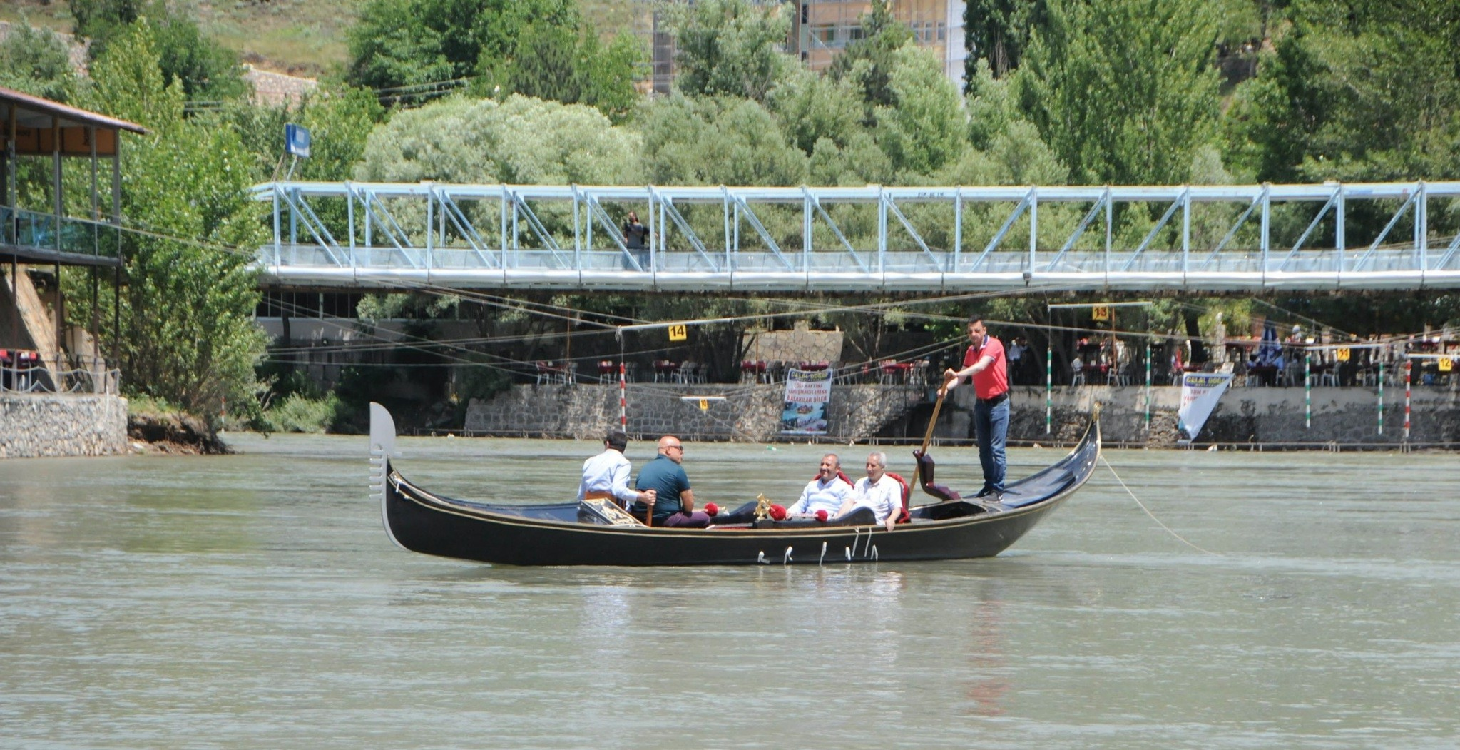 People can enjoy a gondola ride in Tunceli and experience the beauties of the city.