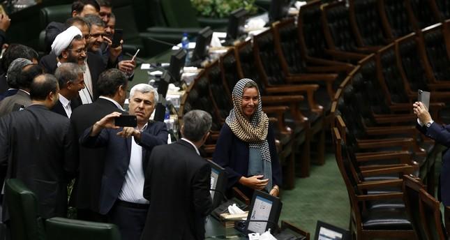 جدل في إيران عقب تسابق نواب لالتقاط سيلفي مع موغريني