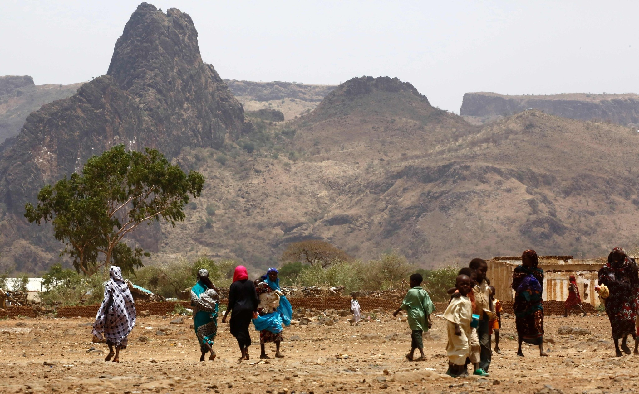 Sudanese villagers walk in the war-torn town of Golo in the thickly forested mountainous area of Jebel Marra in central Darfur on June 19, 2017. (AFP PHOTO)