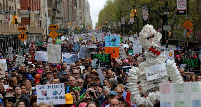 Protesters line Central Park West during the Earth Day 'March For Science NYC' demonstration. (REUTERS Photo)
