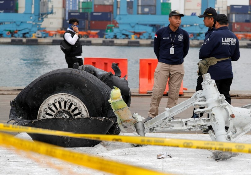 Indonesian forensic policemen stand beside a damaged tire from the the Lion Air flight JT610 jet at Tanjung Priok port in Jakarta, Indonesia, November 5, 2018. (Reuters Photo)