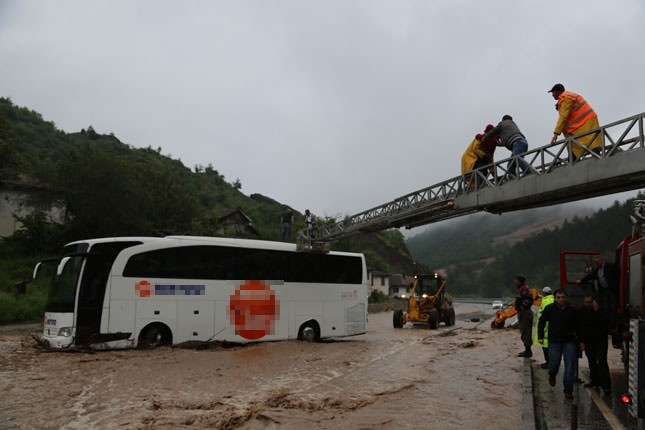 Bus stranded in flood with 40 passengers in Bolu province