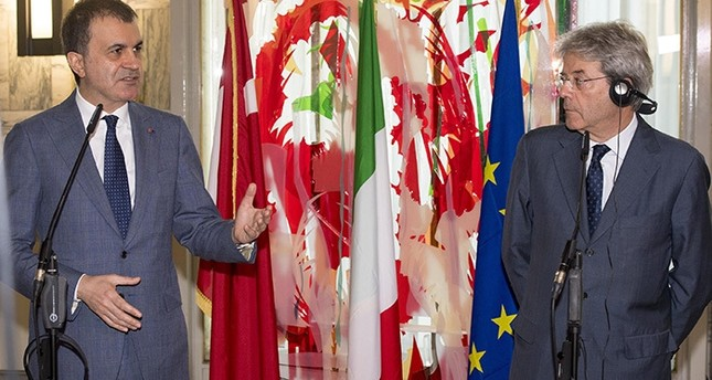 Italian Minister for Foreign Affairs Paolo Gentiloni (Right) and Turkish Minister for EU Affairs Ömer Çelik talk during their meeting at Farnesina Palace in Rome, Italy, 21 June 2016 (EPA Photo)