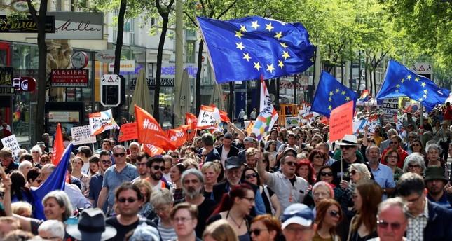 مظاهرات خرجت بعد الفضيحة السياسية التي هزت النمسا (رويترز)