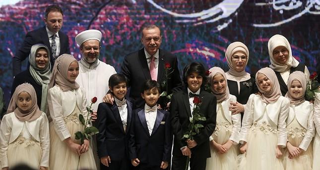 أردوغان وعقيلته ورئيس الشؤون الدينية أثناء مشاركتهم بفعالية أسبوع الاحتفال بالمولد النبوي الشريف في إسطنبول