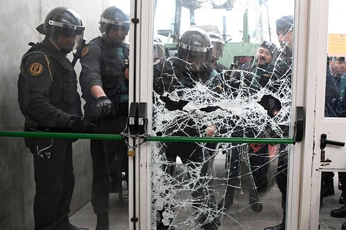 Spanish Guardia Civil brake the door of a polling station in Sarria de Ter, where Catalan president is supposed to vote, on October 1, 2017 (AFP Photo)