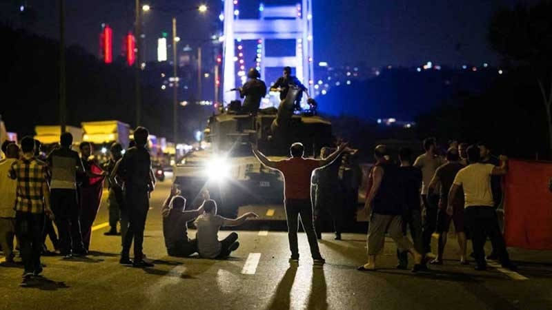 This file photo shows Turkish people standing up against putschist soldiers on the July 15 Martyrs' Bridge (Formerly known as the Bosporus Bridge) (AFP Photo)