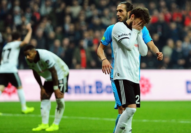 Adem Ljacic of Beşiktaş reacts to a missed goal in a match against Trabzonspor in game week 16.