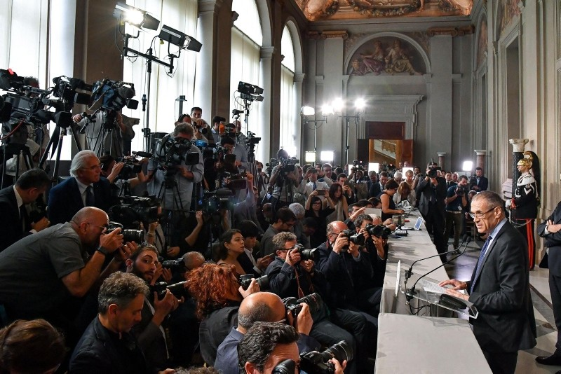 Designated Italian Prime Minister Carlo Cottarelli (R) addresses the media after a meeting with Italian President Sergio Mattarella at the Quirinal Palace in Rome, Italy, 28 May 2018.  (EPA Photo)