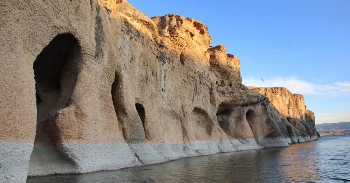 Karaleylek and Saklu0131kapu0131 canyons are located right next to Keban and Karakaya dam lakes where tourists can take boat rides. (AA Photo)