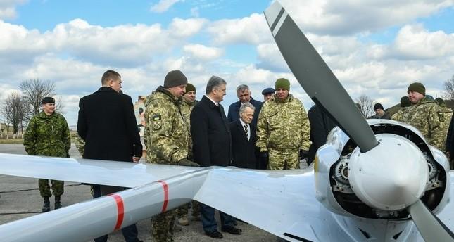 الرئيس الأوكراني بيترو بوروشينكو أثناء مراسم تسليم طائرات بيرقدار التركية إلى القوات المسلحة الأوكرانية (صورة من الرئاسة الأوكرانية)