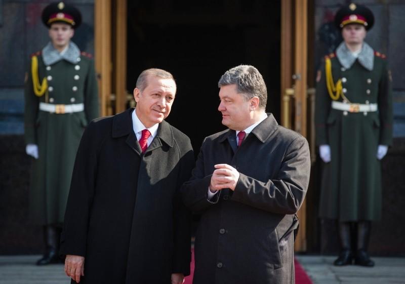 Ukraine's President Petro Poroshenko, right, and President Recep Tayyip Erdou011fan speak during a welcome ceremony ahead of their meeting in Kiev, Ukraine, Friday, March 20, 2015. (AP Photo)