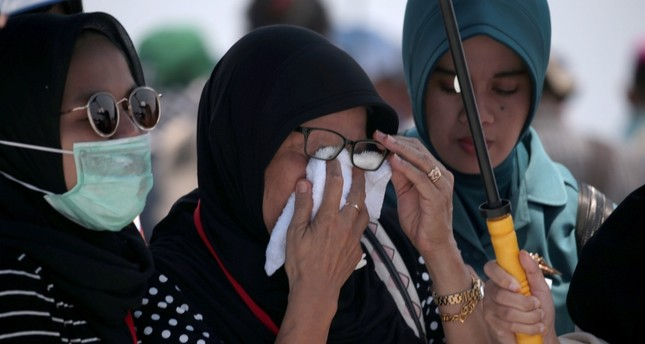Relatives and friends of crashed Lion Air flight JT-610 victims gather on the deck of a ship to pray and to to pay their tribute at the site of the crash, off the coast of Tanjung Pakis, West Java, Indonesia, 06 November 2018 (EPA Photo)