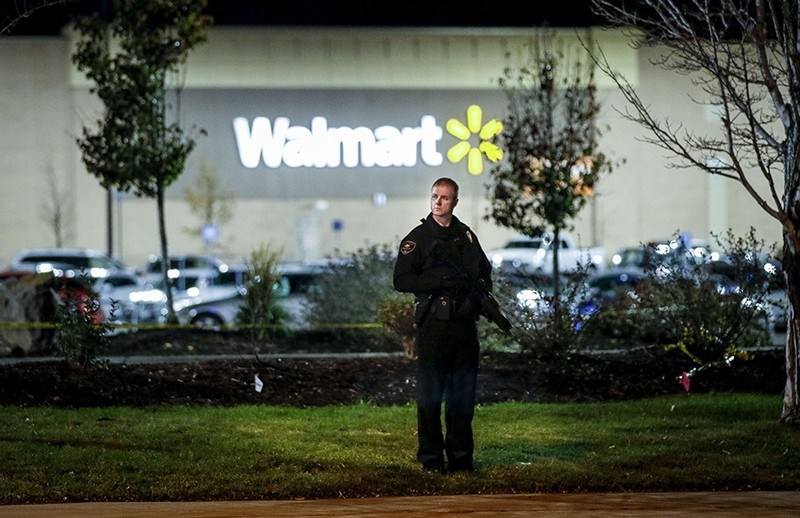 Police investigate the scene of a shooting at a Wal Mart store in the Thorton Town Center shopping plaza, Thornton, Colo., U.S., Nov. 1, 2017. (AFP Photo)