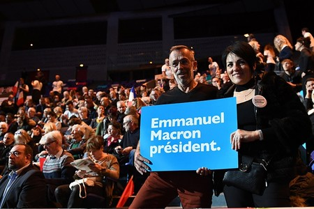 Supporters hold a sign before a campaign rally of Emmanuel Macron. (AFP Photo)