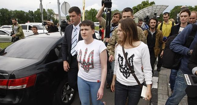 Nadija Sawtschenko und ihre Schwester Vera am Flughafen von Kiew (AA Foto)