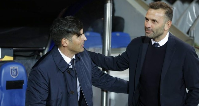 Roma coach Paulo Fonseca (L) talks with Ba?ak?ehir's Okan Buruk prior to their Europa League match, Istanbul, Nov. 28, 2019. (AP Photo)