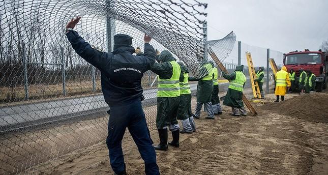 المجر تصدر قانوناً يجيز احتجاز اللاجئين وتعلن تزويد سياجها الشائك الحدودي بتيار كهربائي