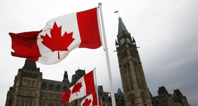 Canadian flags line the road around Parliament Hill, Ottawa May 9, 2014. (REUTERS Photo)