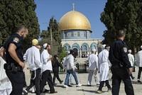 إسرائيل تبعد الشيخ عكرمة صبري عن الأقصى لمدة أسبوع