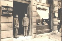 رجلان يقفان أمام أحد فروع البنك العثماني بمنطقة بي أوغلو في إسطنبول عام 1930