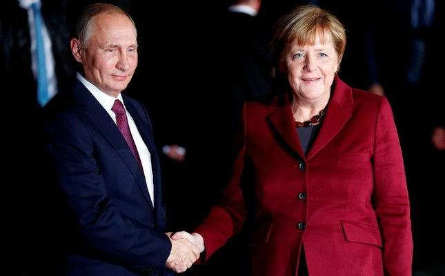 German Chancellor Angela Merkel (R) welcomes Russian President Vladimir Putin at the Chancellery in Berlin. (AFP File Photo)