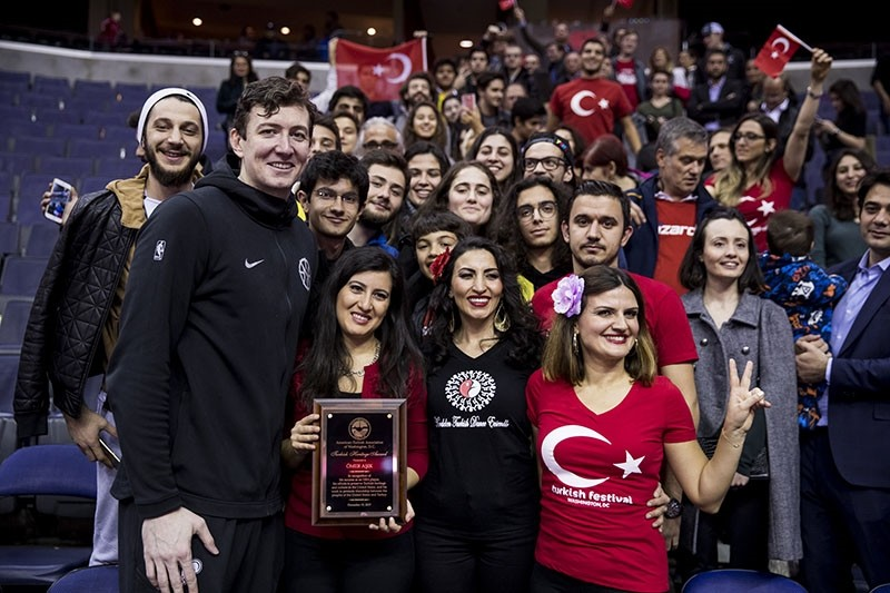 u00d6mer Au015fu0131k (L) poses with Turkish fans who arrived in Capital One Arena for his support, in Washington D.C., Dec. 20, 2017. (AA Photo)
