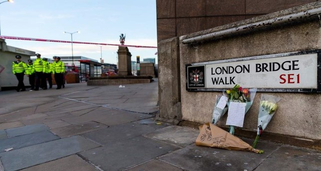 Flowers and tributes left near to the crime scene at the London Bridge in London, Britain, Nov. 30 2019.( EPA / VICKIE FLORES )