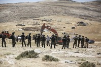 فلسطينيون يحاولون منع آلات الحفر من العمل في إنشاء مستوطنة جديدة بقرية رمون بالضفة الغربية الأناضول