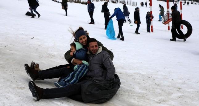 تساقط الثلوج في هضبة أيدر التركية يستقطب عشاق التزلج