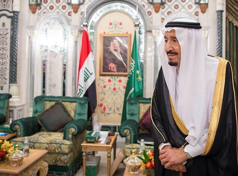 A photo made available by Saudi Press Agency shows Saudi King Salman bin Abdulaziz Al Saud standing in front of Iraqi and Saudi flags before meeting with Iraqi PM Haider Al-Abbadi (not pictured) in Riyadh, Saudi Arabia, June 19, 2017. (EPA Photo)