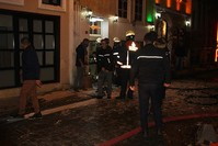 رجال الإطفاء أمام الفندق الذي وقع فيه الحريق بمنطقة بي أوغلو