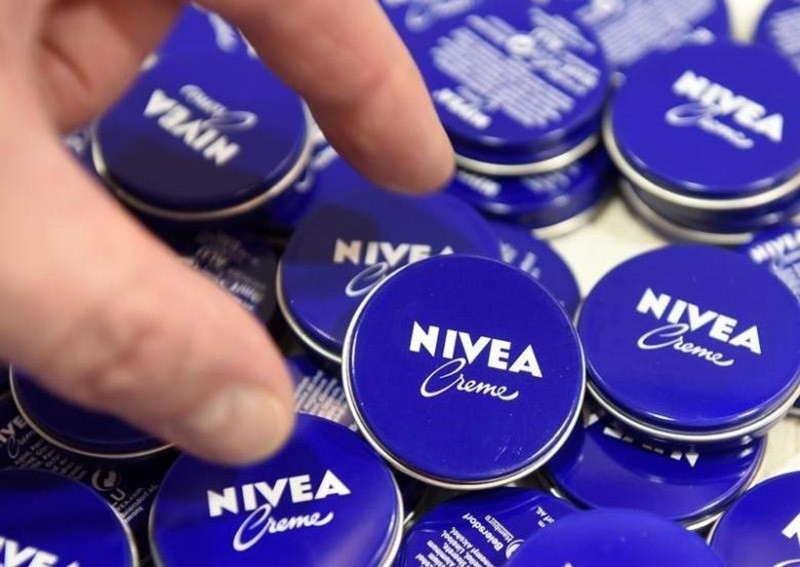 A shareholder of German care cosmetic company Beiersdorf, picks up a Nivea tin before the start of the shareholder meeting in Hamburg, March 31, 2016. (Reuters Photo)