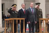 رئيس الأركان التركي (يسار) ونظيره الأمريكي (يمين) أثناء مرافقتهما وزيري دفاع البلدين خلال لقائهما بمقر البنتاغون 22 فبراير 2019 (أسوشيتد برس)