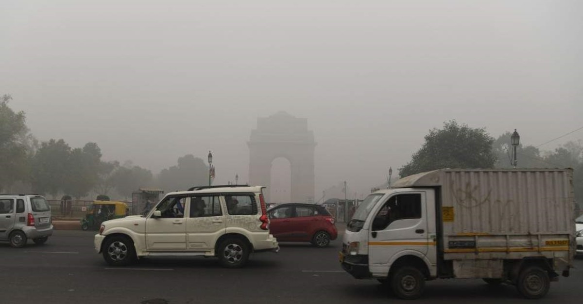 Motorists drive along a road under heavy smog conditions near India Gate, New Delhi, Nov. 3, 2019. (AFP Photo)