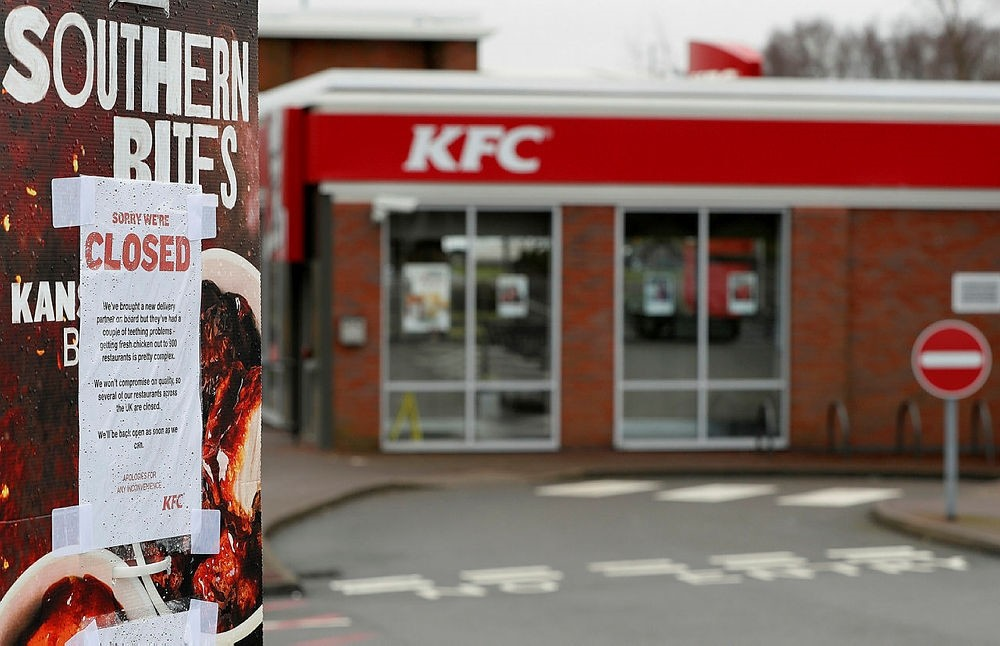 A closed sign hangs on the drive through of a KFC restaurant after problems with a new distribution system in Coalville, Britain, February 19, 2018. (REUTERS Photo)