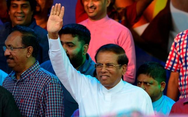 This Nov. 5, 2018 photograph show Sri Lanka's President Maithripala Sirisena waving to supporters at a rally in Colombo, Sri Lanka. (AFP Photo)