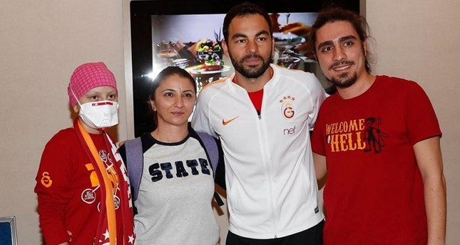 12-year-old leukemia patient Cansu Demirduman meets with Galatasaray midfielder Selçuk Inan at Erciyes University Medical Faculty Oncology Hospital in Turkey's central Kayseri province. (DHA Photo)